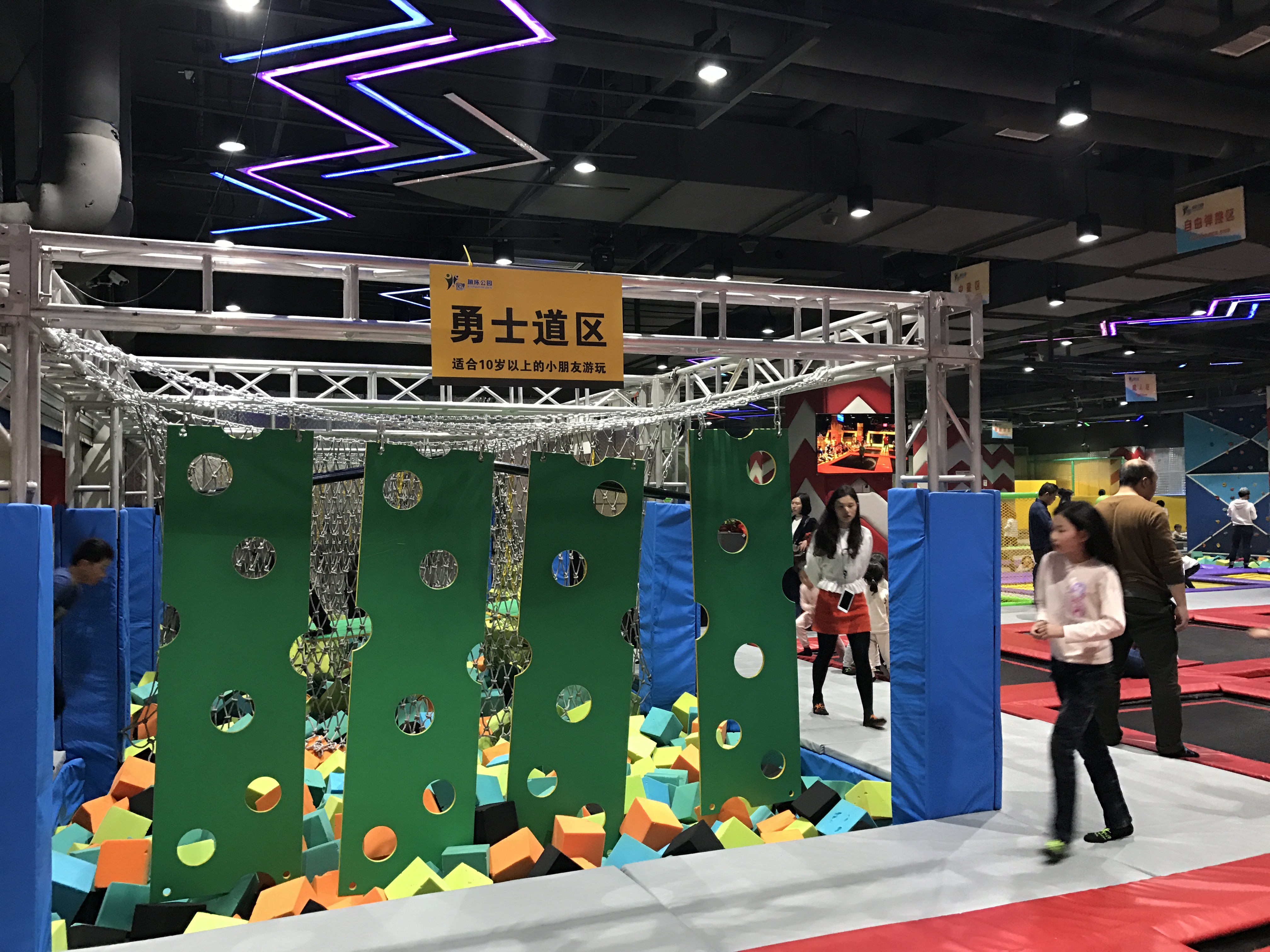 Precautions for playing climbing wall